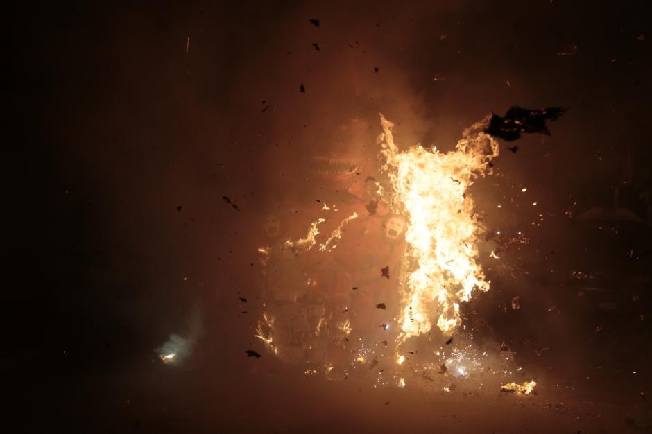 Unos segundos bastaron para que el diablo de 2 metros fuera consumido por las llamas. (Foto: Danilo Ramírez)