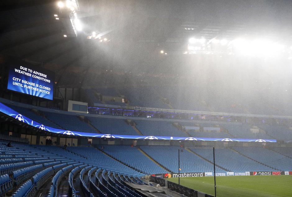 Las pantallas de estadio anunciaron la suspensión del juego. (Foto: Twitter)