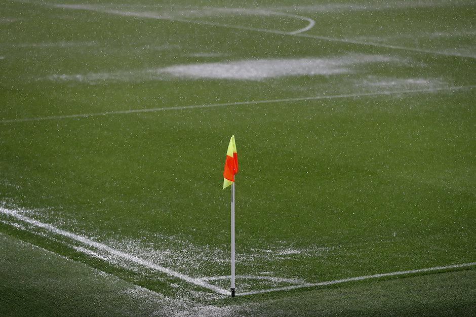 La fuerte lluvia acumuló agua en algunas partes del campo. (Foto: Twitter)