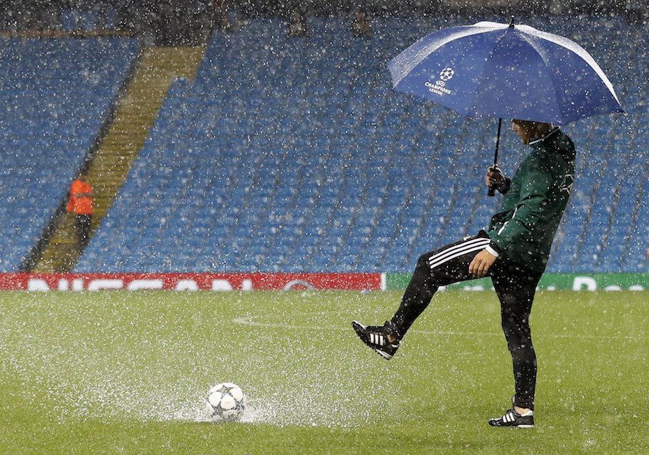La fuerte lluvia no dejaba correr al cien por ciento el balón. (Foto: Twitter)