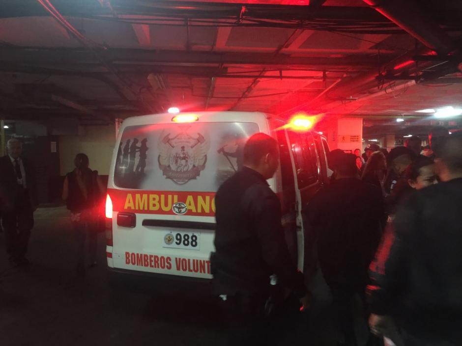 Los Bomberos Voluntarios trasladaron a la agente del SP herida al hospital para ser atendida por una herida en el pie. (Foto: Bomberos Voluntarios)
