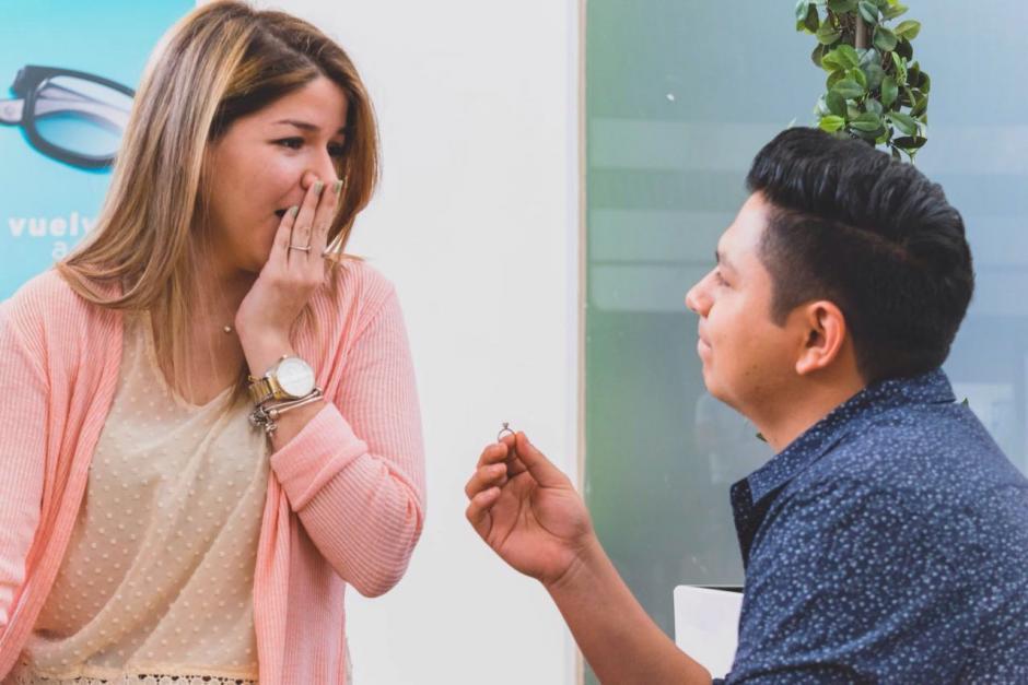 La chica se sorprende al escuchar la propuesta. (Foto: Santos Fotografía/Facebook)