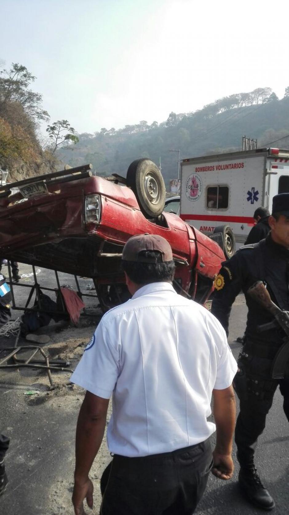 El vehículo quedó volcado, se desconocen las causas del accidente. (Foto: Bomberos Voluntarios)