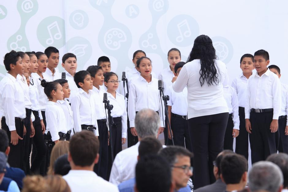 """Alumnos de la Escuela entonan el Himno Nacional y el tema """"Mi país"""". (Foto: George Rojas/Soy502)"""