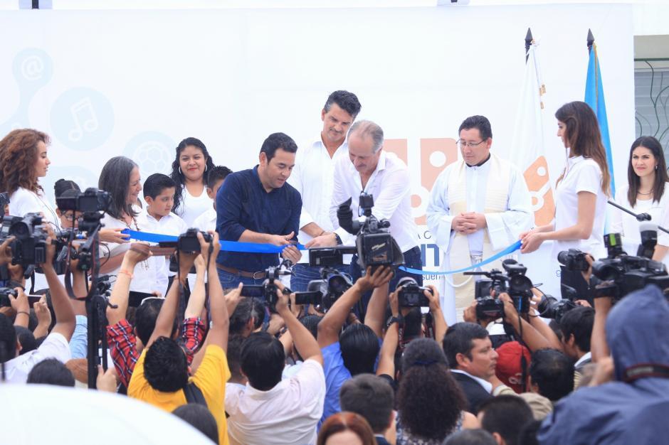 El acto oficial del corte del listón Jimmy Morales, Carlos Mata y Ricardo Arjona. (Foto: George Rojas/Soy502)