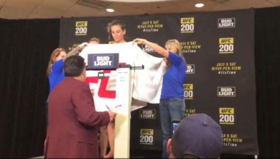 Miesha Tate se desnuda para el pesaje del UFC 200. (Foto: Catura de video)