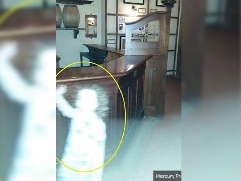 Pareciera que la niña saluda a la cámara. (Foto: express)
