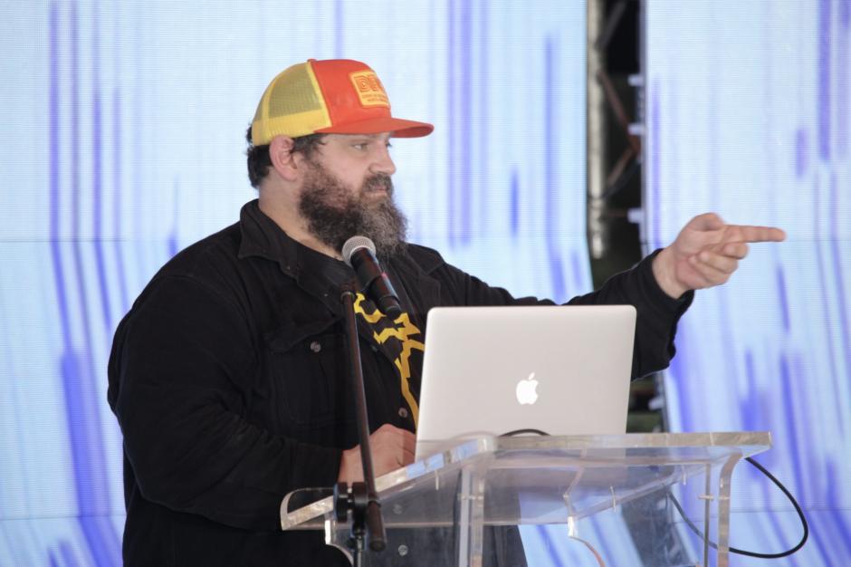 Aaron Draplin, diseñador reconocido, abrió la ronda de conferencias de una manera muy divertida. (Foto: George Rojas/Soy502)