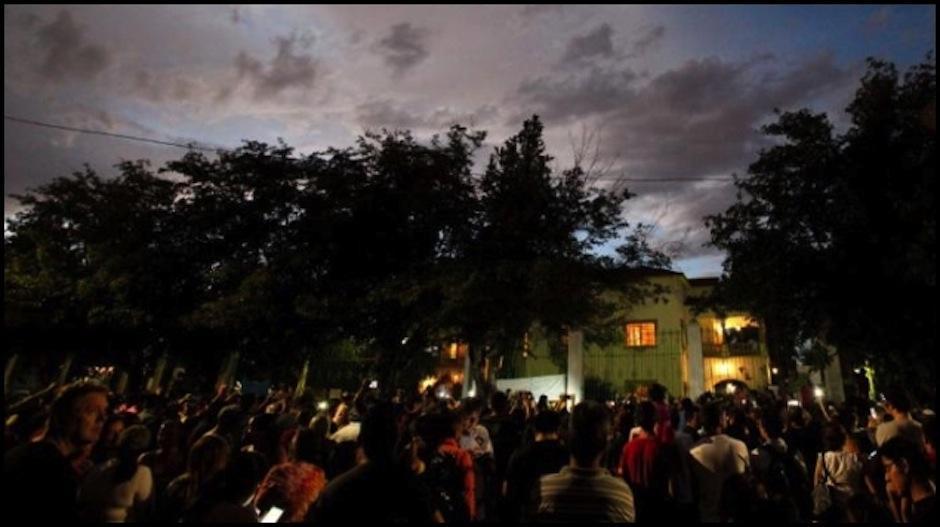 Los fanáticos estan reunidos en la puerta de la casa del Divo de Juarez. (Foto: grupo Fórmula)