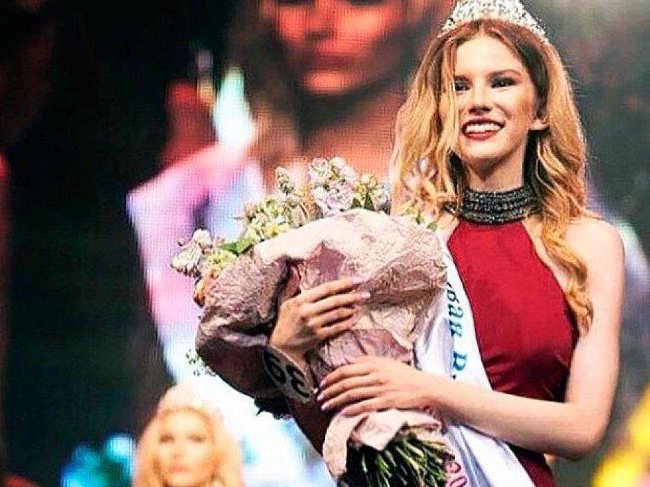 Esta joven reina de belleza engañó a su familia para que le firmaran los permisos para poder viajar a Dubai. (Foto: Twitter)