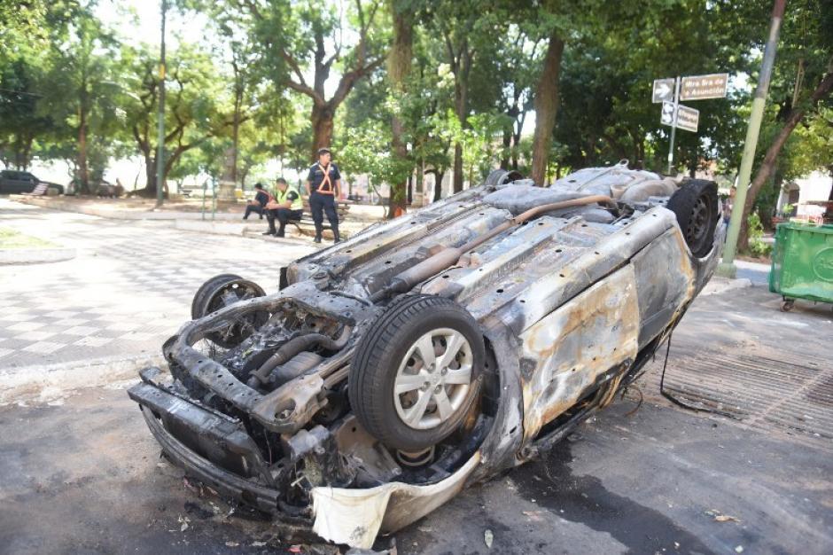 Los manifestaciones destruyeron autos. (Foto: AFP)