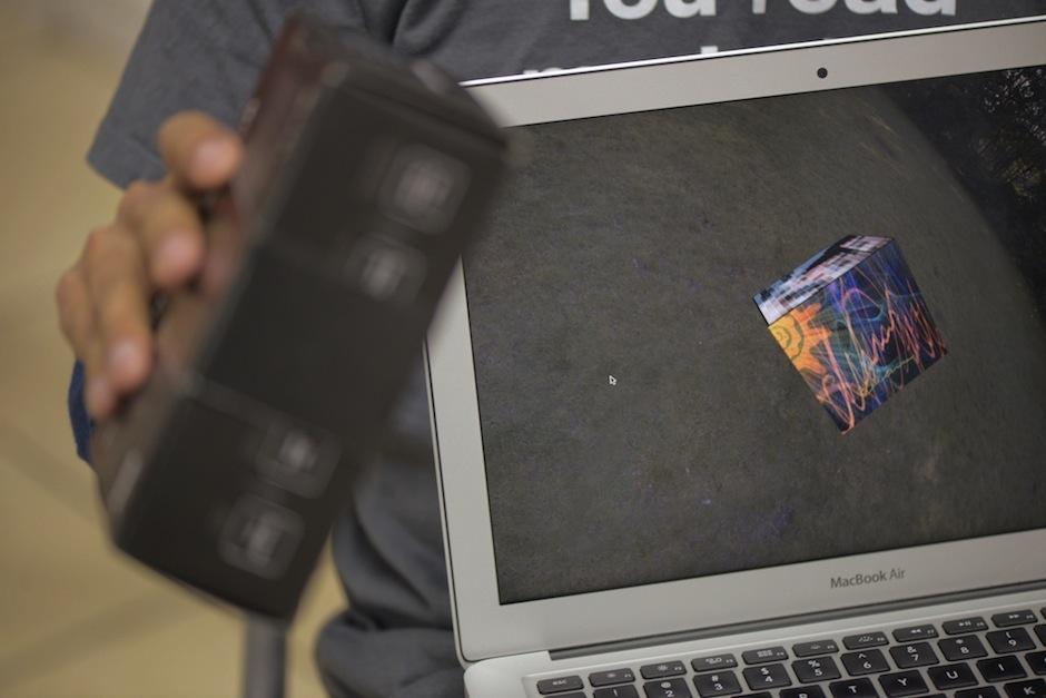 Con sencillos materiales y su propio software hace magia. (Foto: Wilder López/Soy502)