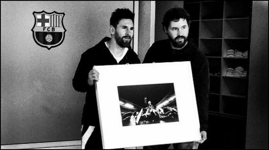 Lionel Messi y Santiago posaron con la obra. (Foto: (Foto: Twitter)