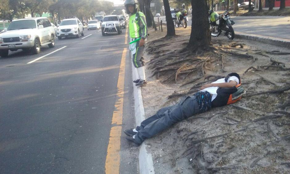El hombre se quedó dormido en el arriate central del Periférico. (Foto: Amilcar Montejo/PMT)
