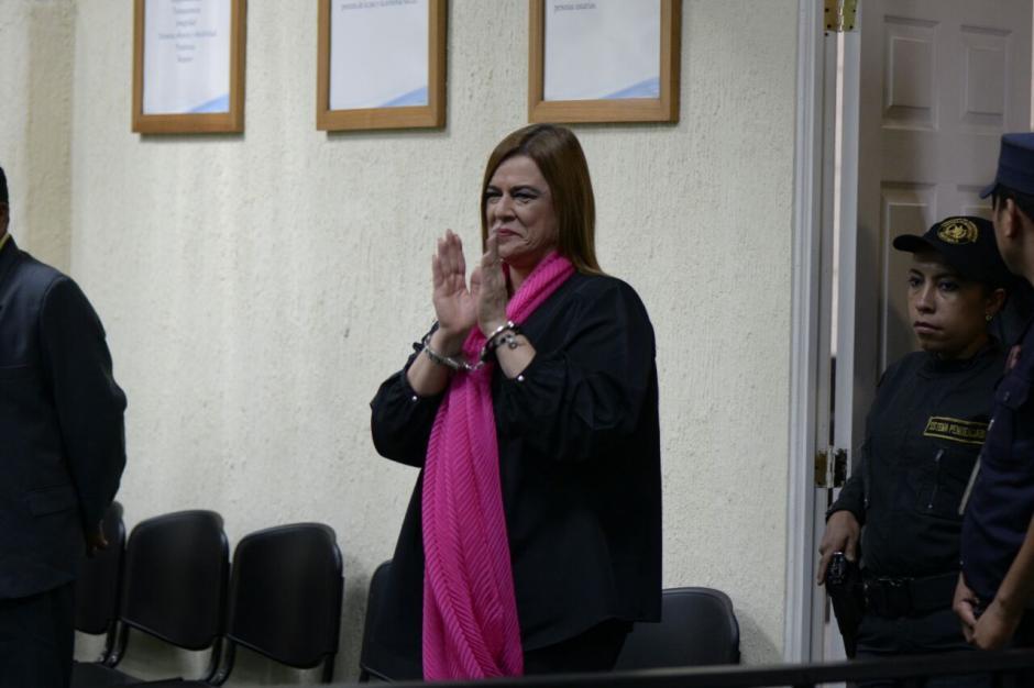La exsubsecretaría de atención a la niñez Anahí Keller recibió muestras de apoyo por parte de un grupo de familiares y amigos. (Foto: Wilder López/Soy502)
