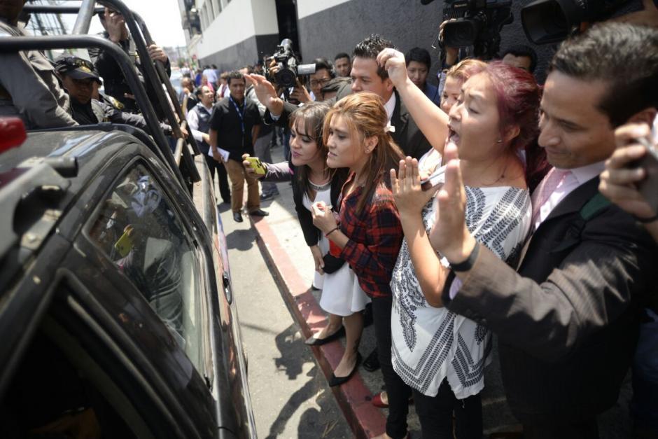 A su salida de la Sala un grupo de familiares y amigos de Keller la saludaron. (Foto: Wilder López/Soy502)