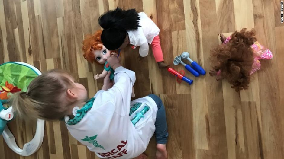 La pequeña quiere ser doctora y su muñeca la inspira. (Foto: CNN en Español)