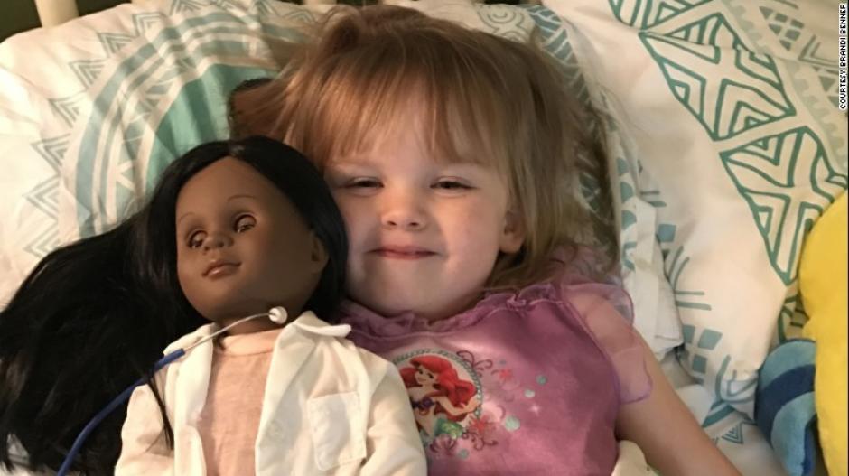 Sophia no ve diferencia de color entre ella y su muñeca. Su madre compartió su historia. (Foto: CNN en Español)