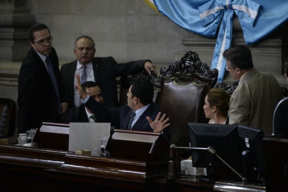 El presidente del Congreso pidió que llamaran a los diputados ausentes, pero no le hicieron caso. (Foto: Wilder López/Soy502)