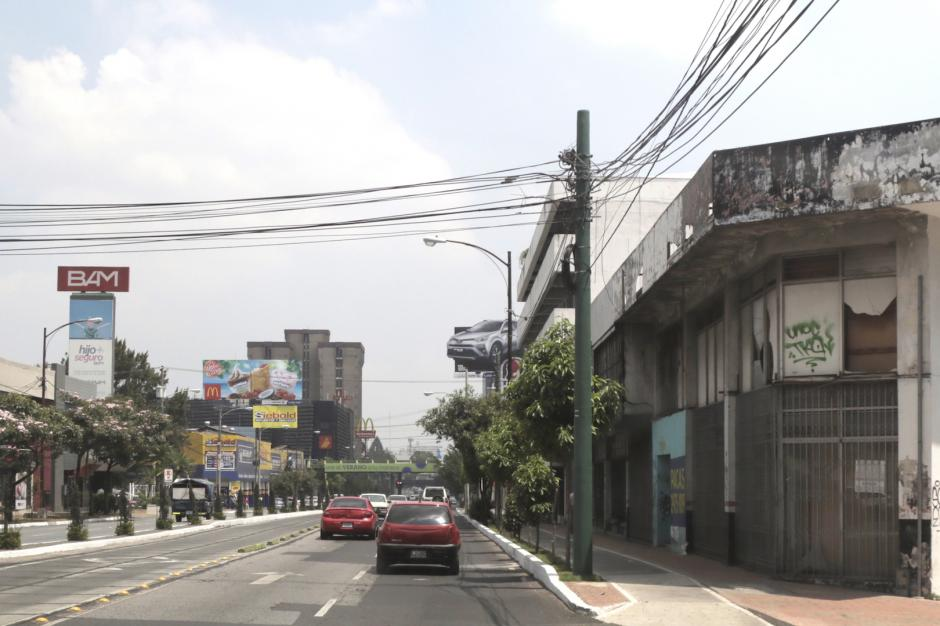 En sectores de la zona 9 hay postes y ductos para la conducción de los cables. (Foto: Alejandro Balán/Soy502)