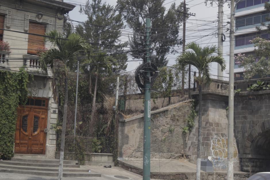 Antes existían hasta siete postes en una esquina, convirtiéndose en obstáculos para el peatón. (Foto: Alejandro Balán/Soy502)