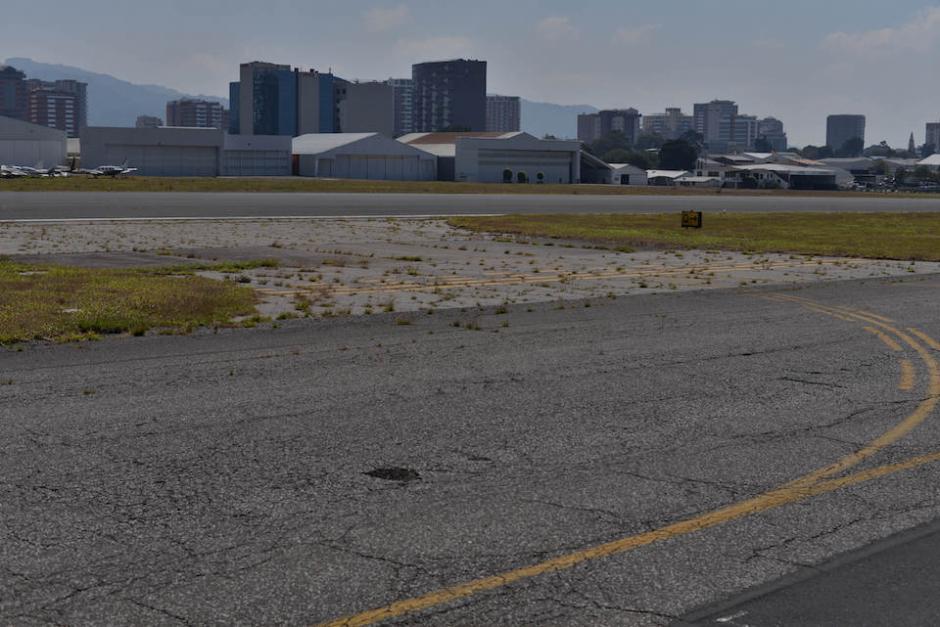 El monte que se observa en partes de la pista es porque la base del asfalto está mal hecha. (Foto: Wilder López/Soy502)