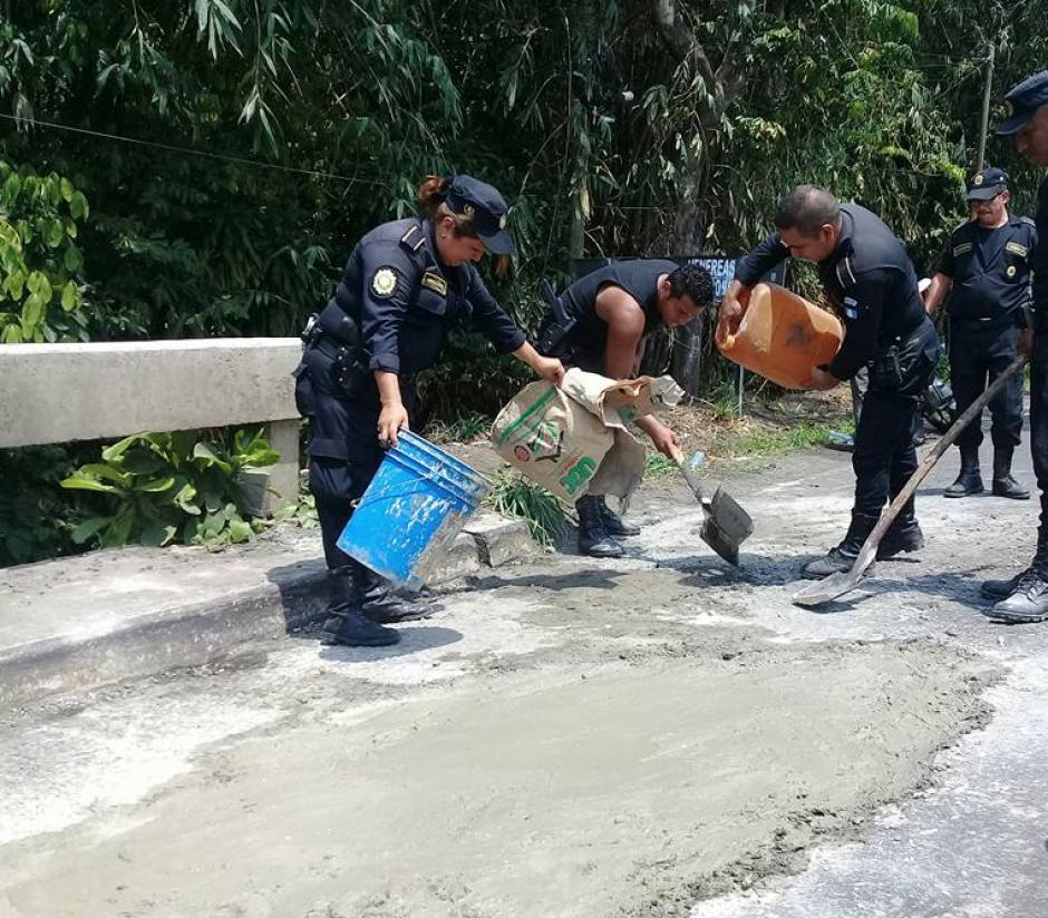 Los uniformados compraron el cemento y luego taparon los grandes hoyos en la ruta. (Foto: Canal 46)