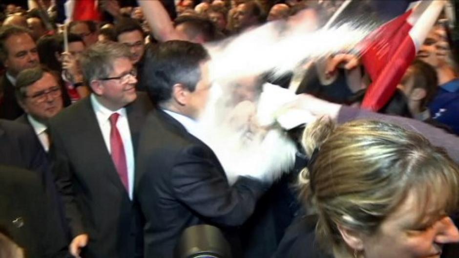 El candidato presidencia recibió un harinazo antes de un mitin. (Foto: AFP)