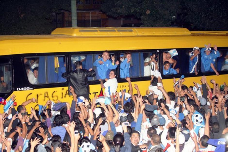 La avenida Reforma y el Obelisco se llenaron de miles y miles de aficionados. (Foto: Luis Barrios/Soy502)