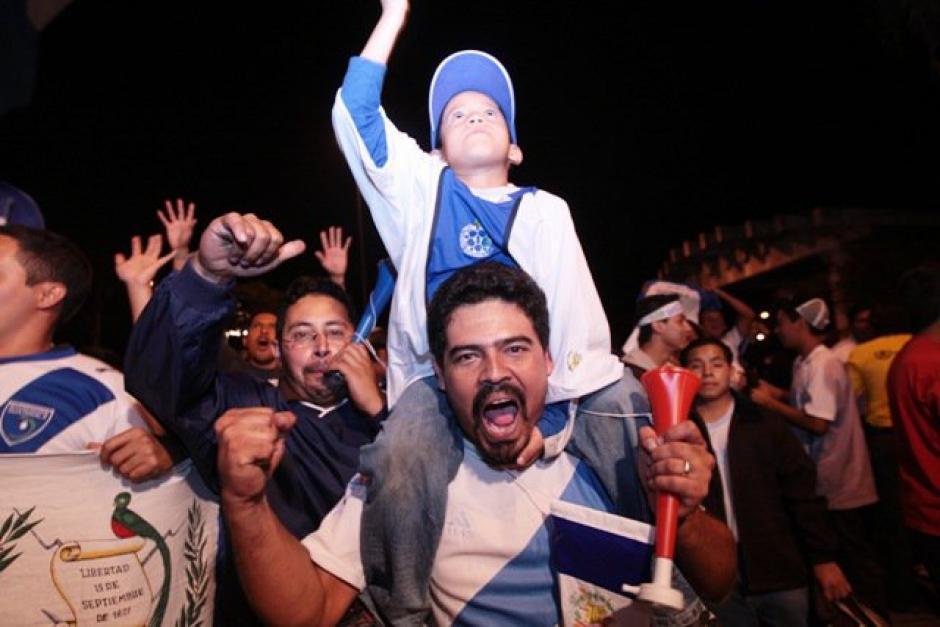 Chicos y grandes salieron a las calles para celebrar. (Foto: Luis Barrios/Soy502)