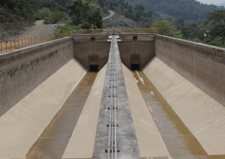 Durante 7 kilómetros, parte del río recorre un canal artificial, el cual ahora está seco tras la suspensión. (Foto: Alejandro Balán/Soy502)