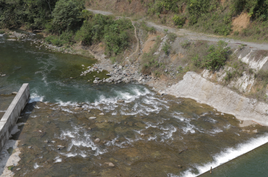 Parte del río regresa a su cauce natural y otra se desvía para generar electricidad. (Foto: Alejandro Balán/Soy502)