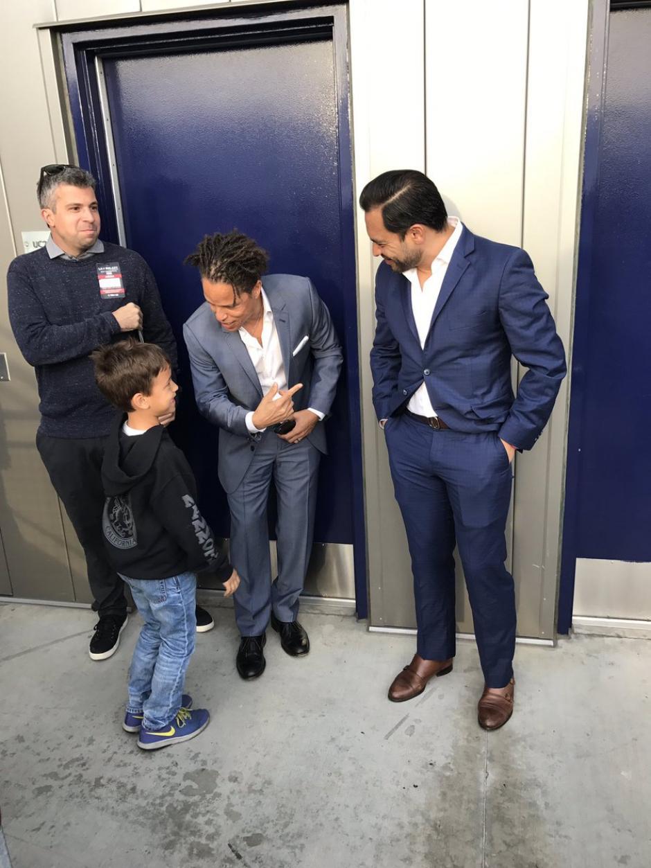 Cobi Jones le presentaa su hijo al goleador Carlos Ruiz. (Foto: Twitter)
