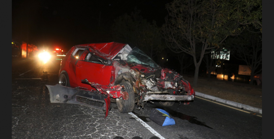 El auto se empotró contra una casa y luego contra un poste de energía eléctrica. (Foto: Bomberos Municipales)
