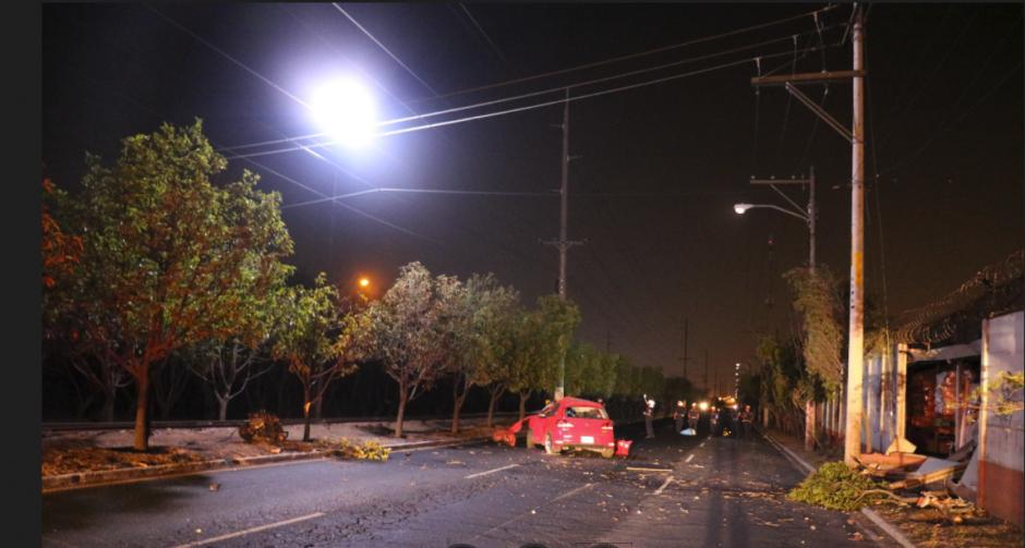 Los cables de alta tensión complicaron la labor de los bomberos. (Foto: Bomberos Municipales)