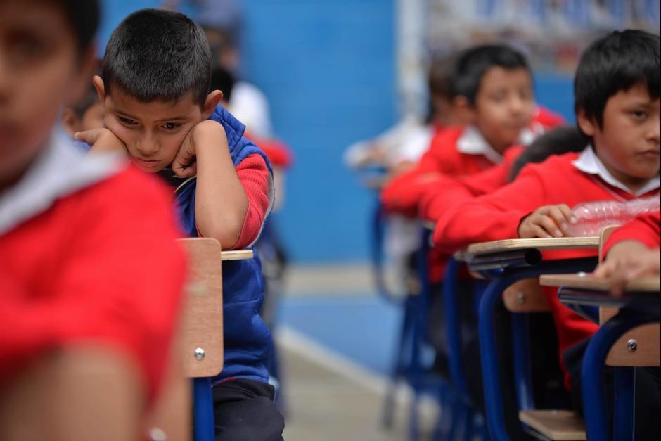 Fue evidente la incomodidad e impotencia de los niños al esperar al presidente Jimmy Morales. (Foto: Wilder López/Soy502)