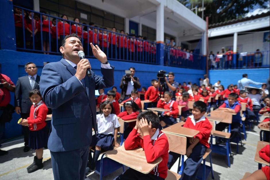 """El mandatario contó a los niños la fábula de la """"La liebre y la tortuga"""". (Foto: Wilder López/Soy502)"""