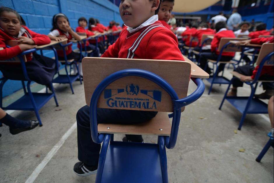 """Los pupitres """"donados"""" por el Ejército de Guatemala llevaban el logo del Gobierno. (Foto: Wilder López/Soy502)"""