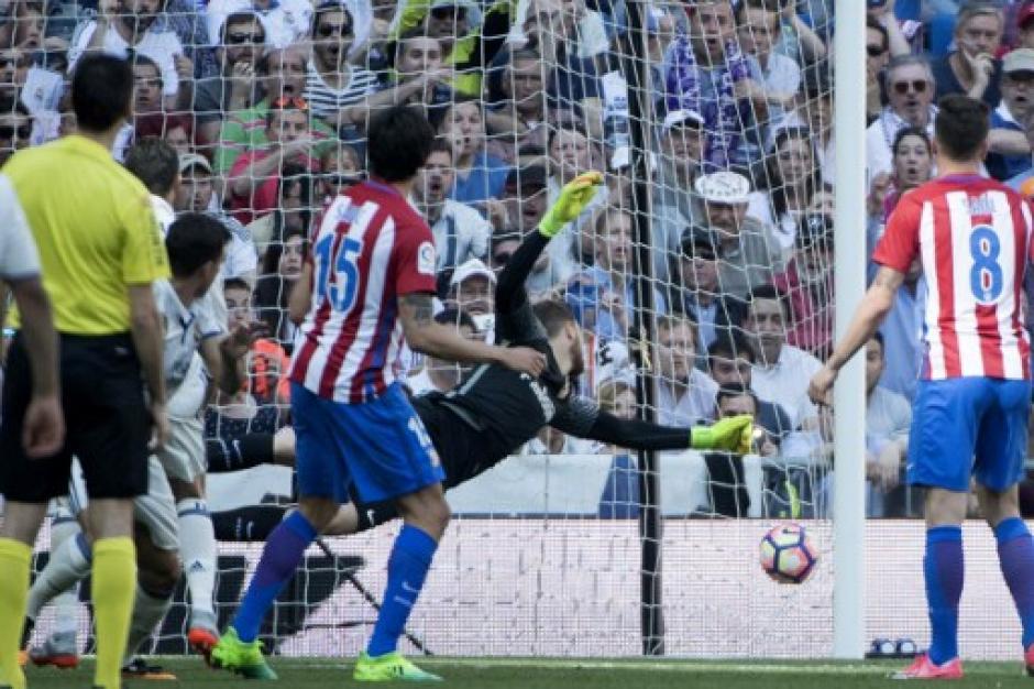 Así ingresó el balón en la portería del Atlético. (Foto: AFP)