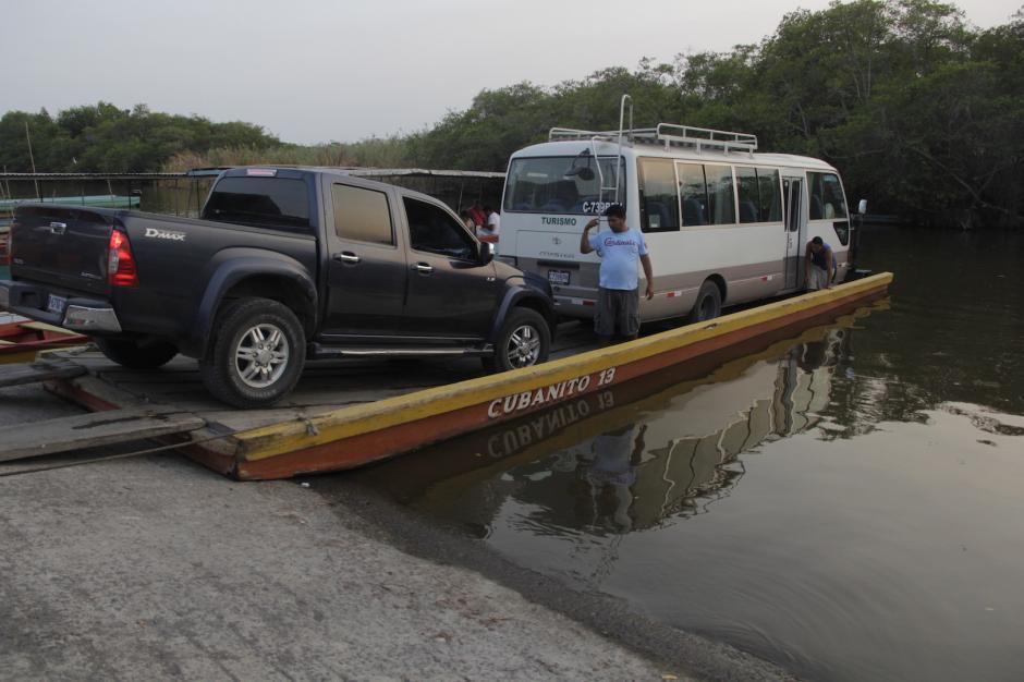 Los botes soportan el peso de varios vehículos. (Foto: Fredy Hernández/Soy502)