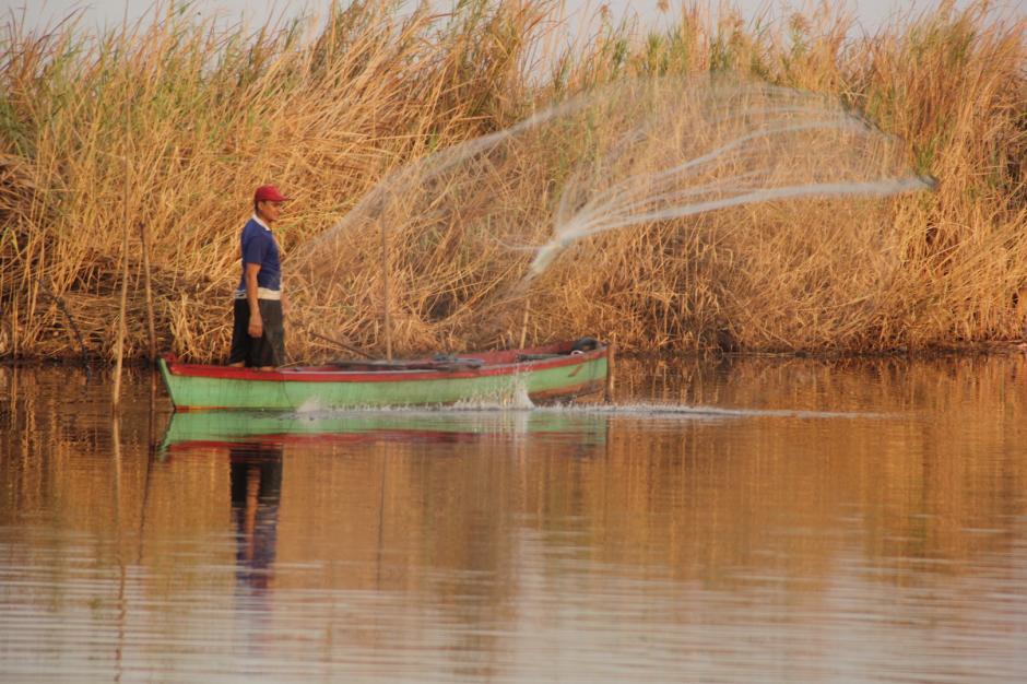 Los pescadores empiezan su jornada antes de que salga el sol. (Foto: Fredy Hernández/Soy502)