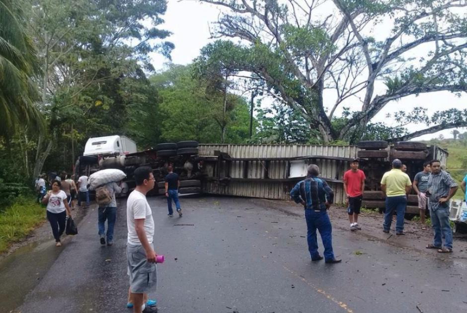 El camión bloquea los dos carriles. (Foto: PNC)