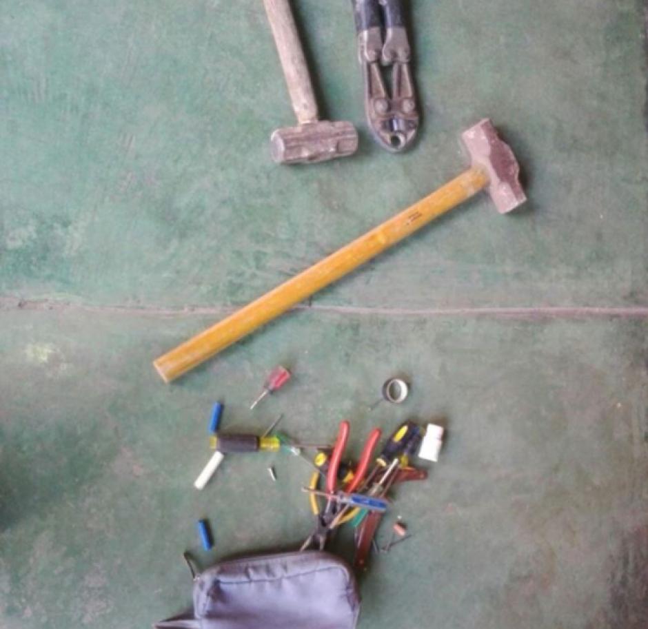 En los allanamientos encontraron herramientas para abrir boquetes en una pared. (Foto: PNC)