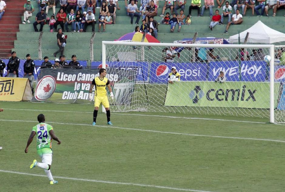 Javier Irazún salvó a los albos de la derrota. (Foto: Nuestro Diario)
