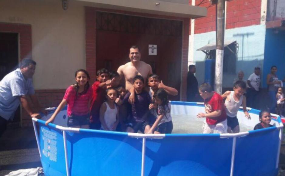 Neto Bran compartió un baño con los niños de la ciudad. (Foto: Facebook)