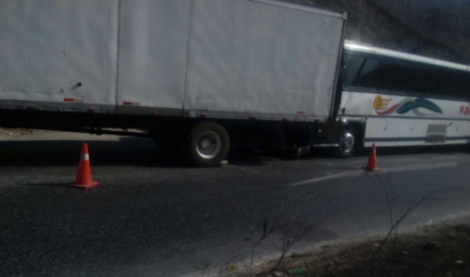 En el kilómetro 68 un autobús de ruta chocó con un camión. (Foto: Provial)