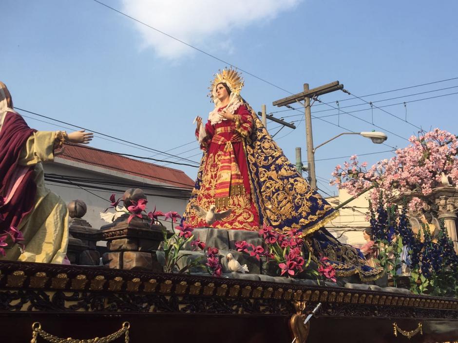 La  imagen Virgen María del templo de San José es llevada en andas. (Foto: Soy502)