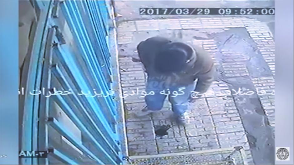 Otro individuo que va caminando piensa que es el mejor lugar para tirar la colilla del cigarro. (Captura Youtube)