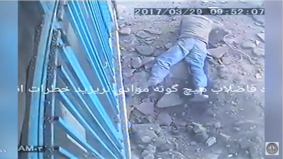La explosión lo sorprende y queda herido en el lugar. (Captura Youtube)
