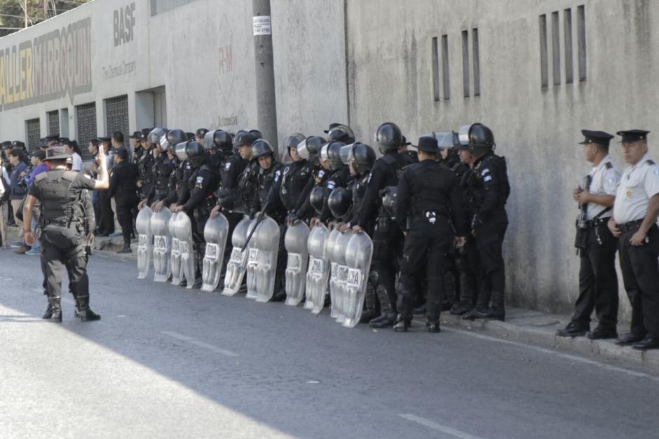 Un grupo de agentes e las Fuerzas Especiales se encuentra en las afueras del correccional Las Gaviotas. (Foto: Alejandro Balán/Soy502)